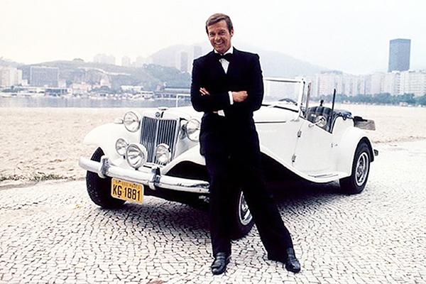 Roger Moore, um dos mais emblemáticos intérpretes do agente James Bond, e o MP Lafer na orla carioca do fim dos anos ´70