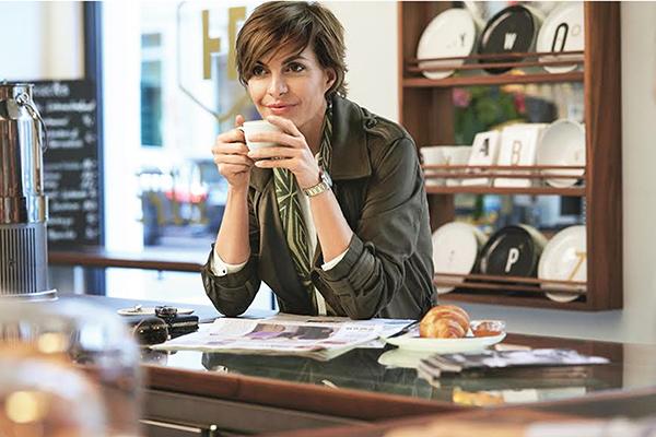 Cliente da boutique Mercedes-Benz, atento em tendências e design