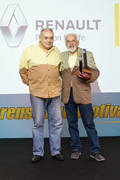 A esquerda, o veterano Douglas Mendonça recebendo a justa homenagem. O jornalista Josias Silveira foi o responsável por entregar o troféu. Acima, Célia Murguel, ex-presidente da entidade com Antônio Fraga, que a sucedeu
