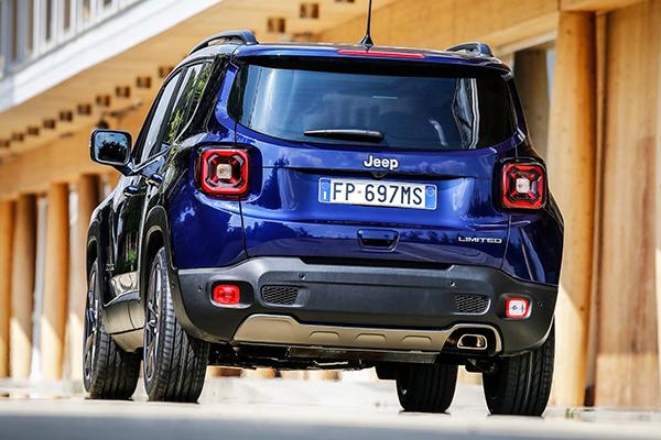 Acima, o Fiat Panda Cross, veículo que deverá ceder a plataforma e estrutura mecânica para o ´irmão´ menor do Jeep Renegade. E perceba na imagem abaixo as modificações já feitas na parte frontal do Renegade 2019 para os mercados europeu e norte-americano
